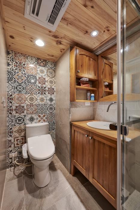 原木浴櫃及天花板